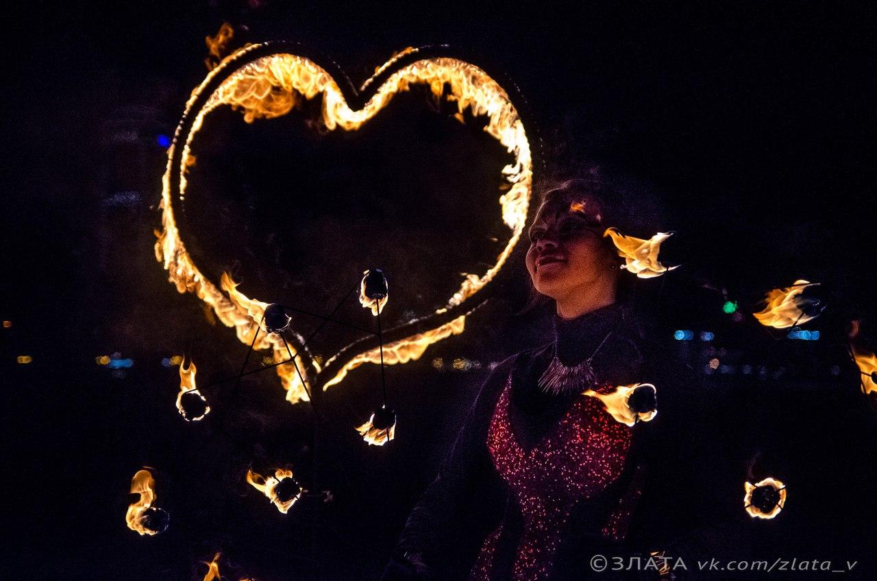 Огненное сердце во время фаер шоу
