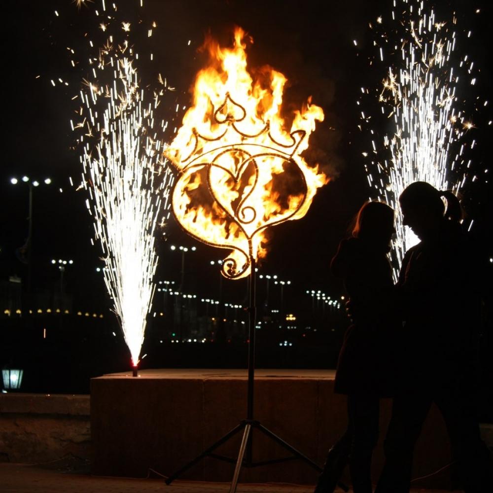 Огненное сердце вместе с фонтанами